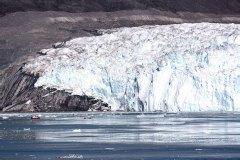 Das Schiff wirkt vor dem Eqi-Gletscher winzig. Foto: Dr. Till Pasquay