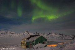 Polarlicht über unserem Häuschen in Tiniteqilaaq
