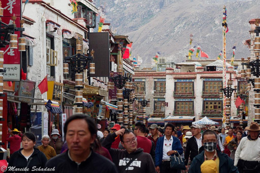 Bunter geht's nicht - der Barkhor in Lhasa