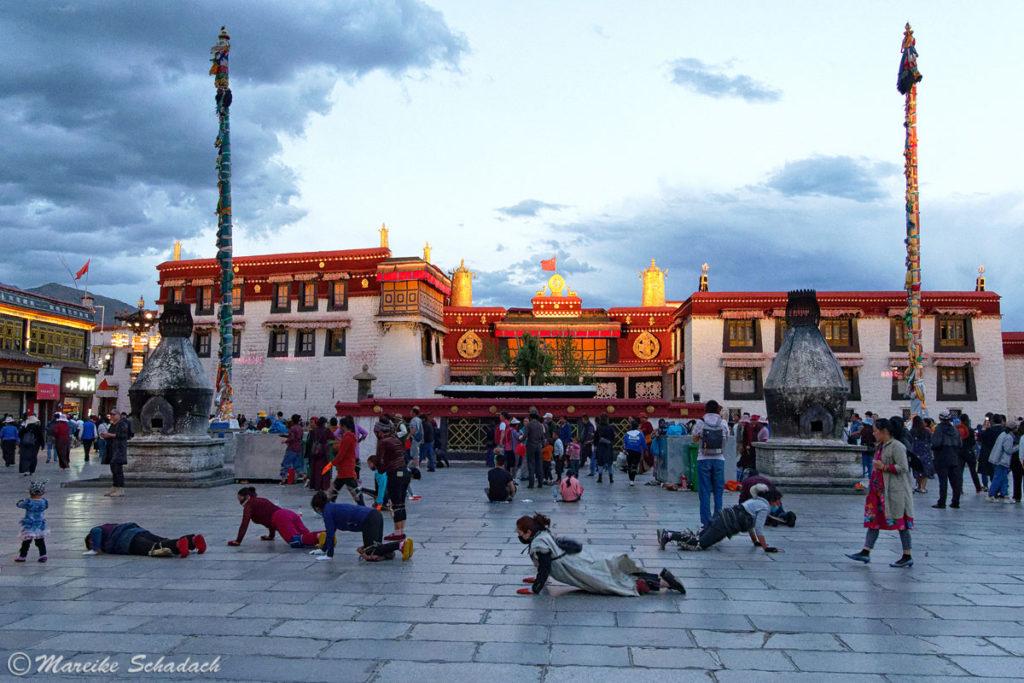 Abends vor dem Jokhang Tempel am Barkhor in Lhasa