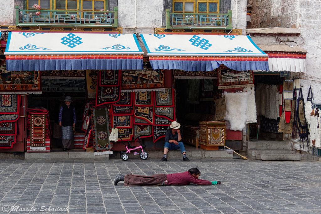Niederwerfung auf dem Barkhor in Lhasa