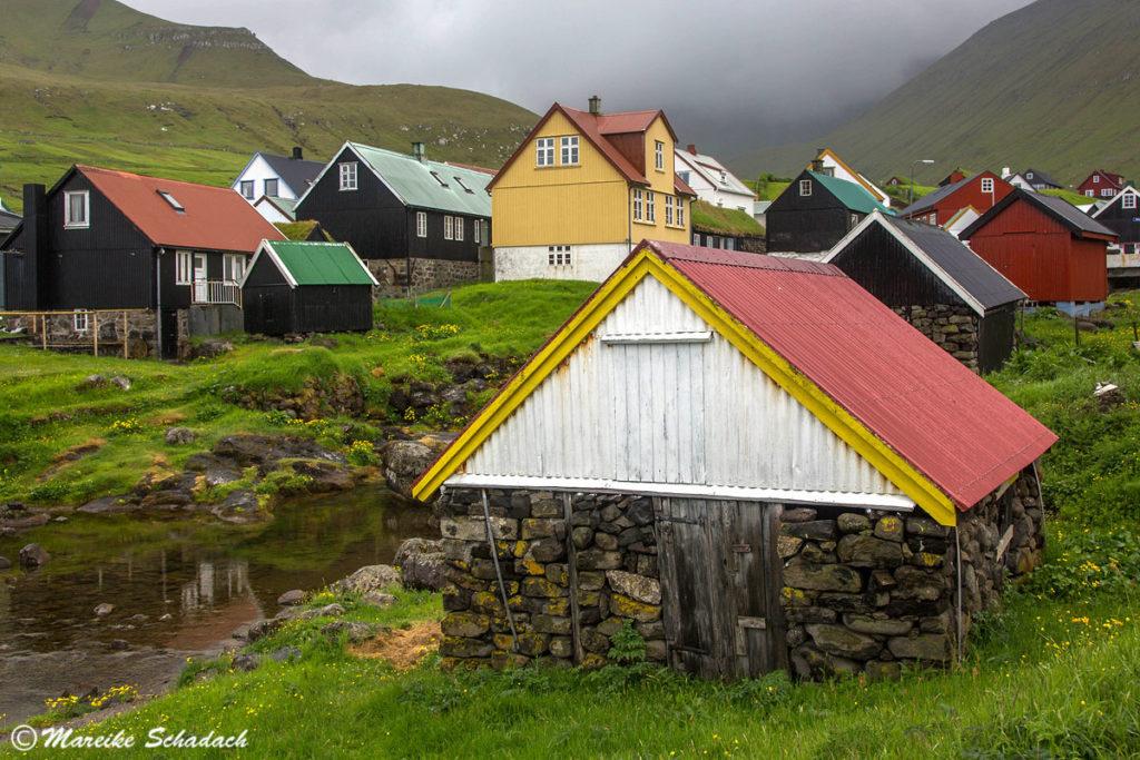 Bunte Holzhäuser auf der Insel Eysturoy, Färöer Inseln