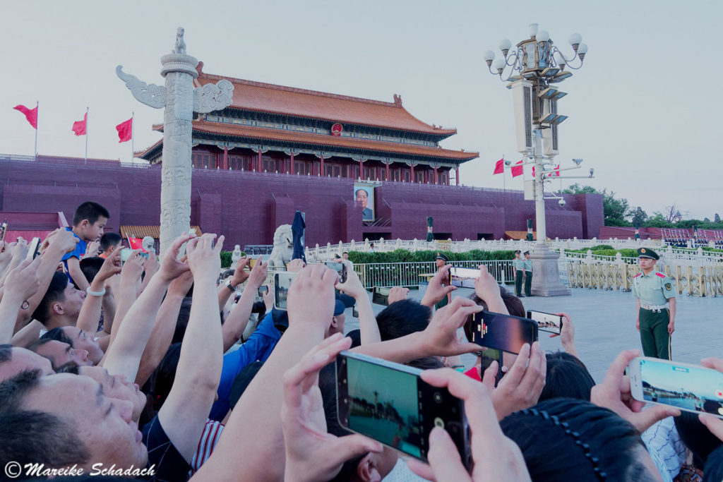 Kurz vor dem Niederholen der Chinaflagge, Tiananmen-Platz