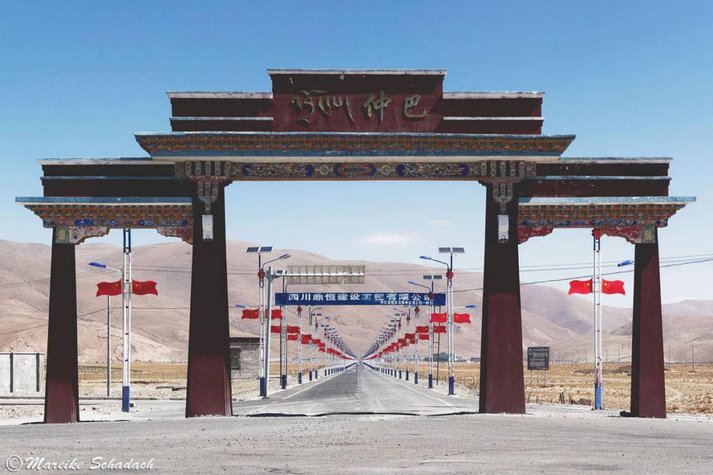 Chinesische Flaggen in Tibet