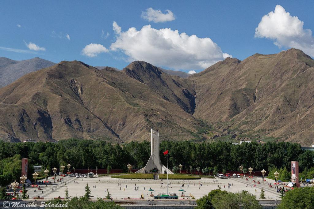 Blick vom Potala Palast auf den Potala Platz, Lhasa