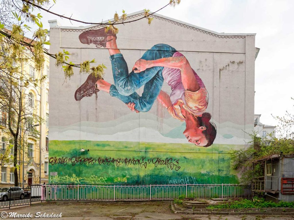 Upside-Down-Girl-von-Fintan-Magee