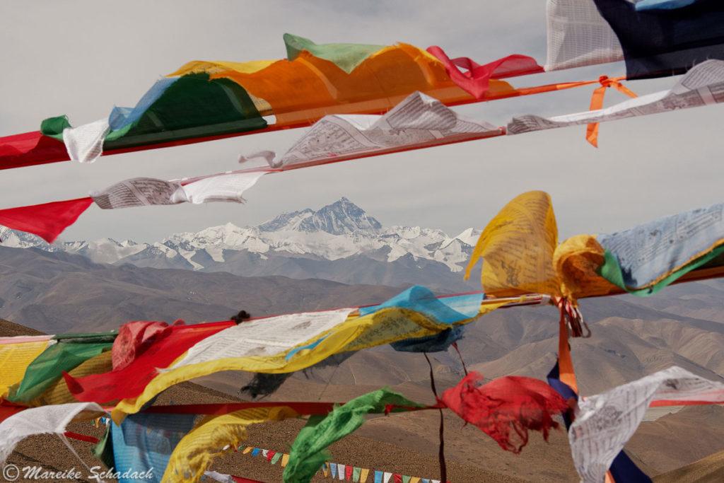 Der Aussichtspunkt ist bunt geschmückt mit Gebetsflaggen und unser erstes Highlight auf dem Weg zum Mt. Everest.