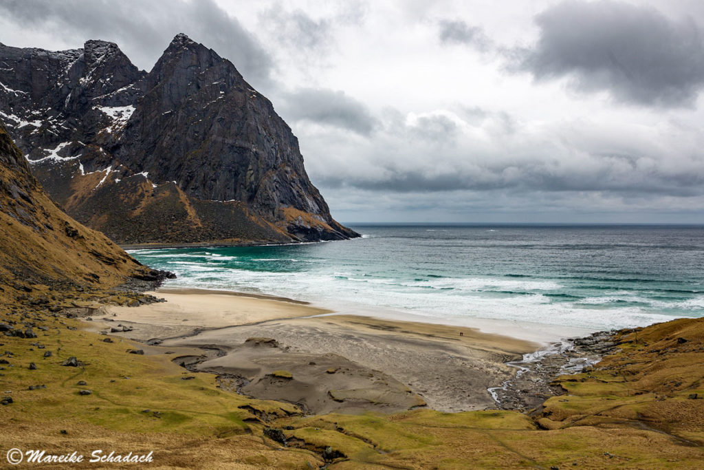 Die Wanderung nach Kvalvika auf Moskenesøya ist ein Highlight der Lofoten im Winter