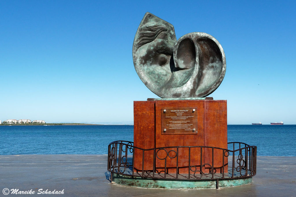 "Skulptur ""Mujer en Nautilus"" (Frau im Nautilus) von José Kuri Breña; 2007 am Malecón"