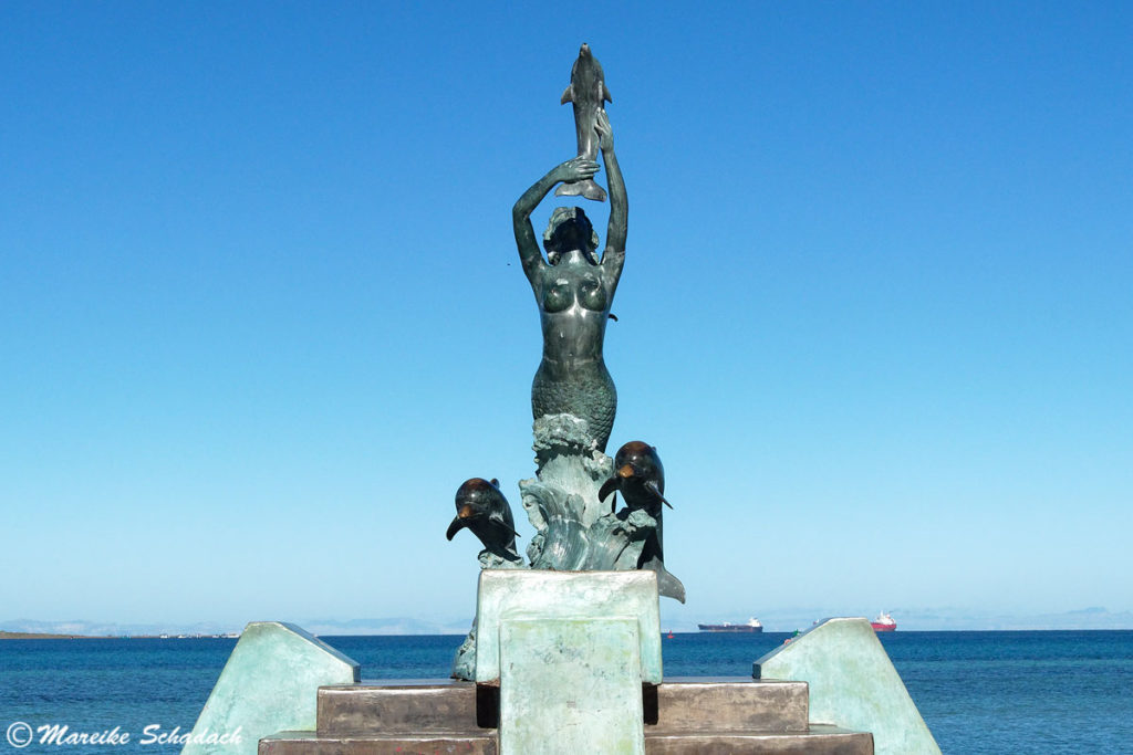 Skulptur einer Meerjungfrau mit Delphinen am Malecón, La Paz