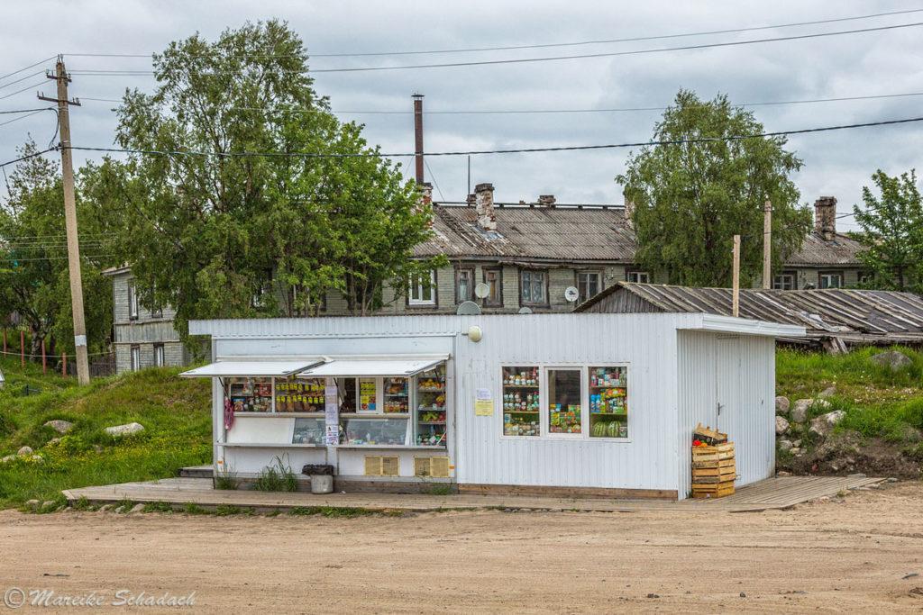 Einer der Kioske zum Einkaufen von Lebensmitteln auf den Solowezki-Inseln