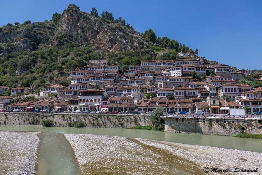 Der Blick auf das osmanische Viertel von dem gegenüberliegenden Ufer des Osum ist einfach fantastisch und war ein Highlight unseres Roadtrips in Albanien.