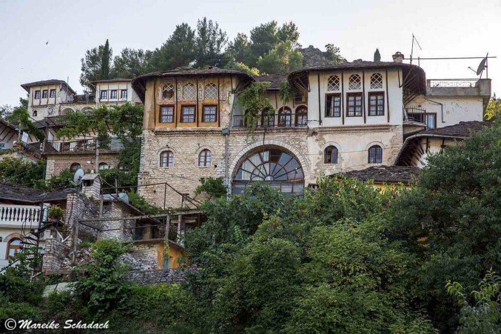 Gjirokastra war ein Highlight unseres Roadtrips, denn hier stehen die meisten und prächtigsten Wehrhäuser Albaniens.