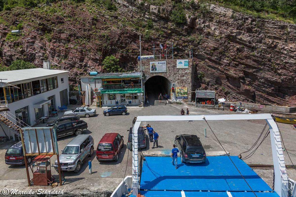 Verladung der Autos auf die Fähre über den Komanstausee in Albanien