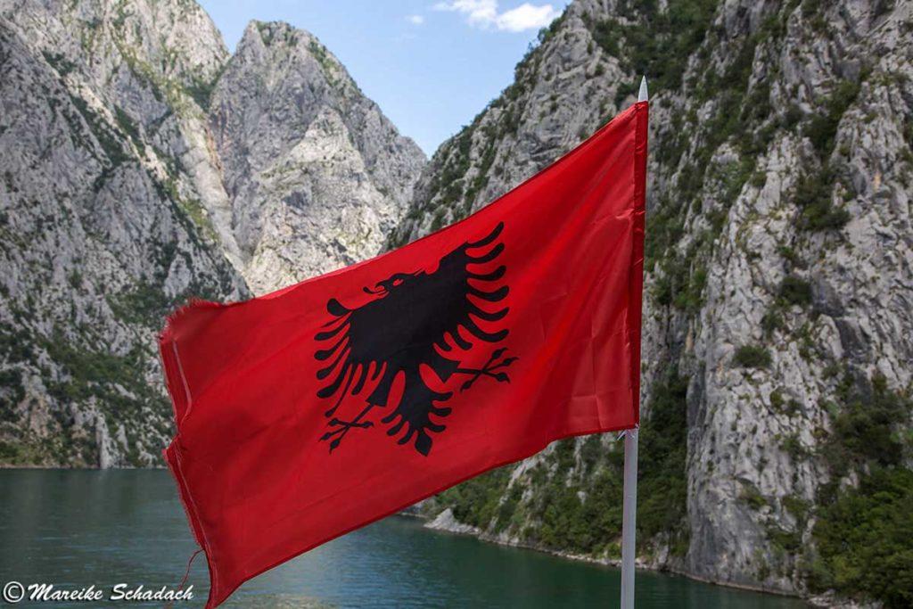 Albanien Flagge auf der Fähre über den Komanstausee