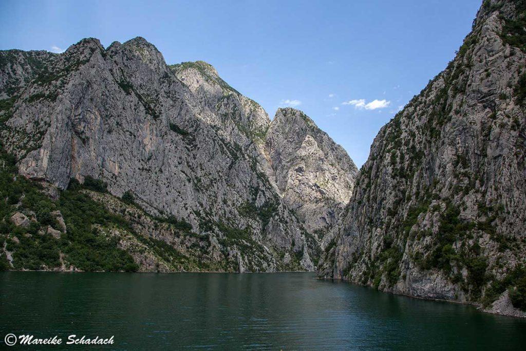 Schroffe Berge am Ufer des Komanstausees in Albanien - Blick von der Fähre
