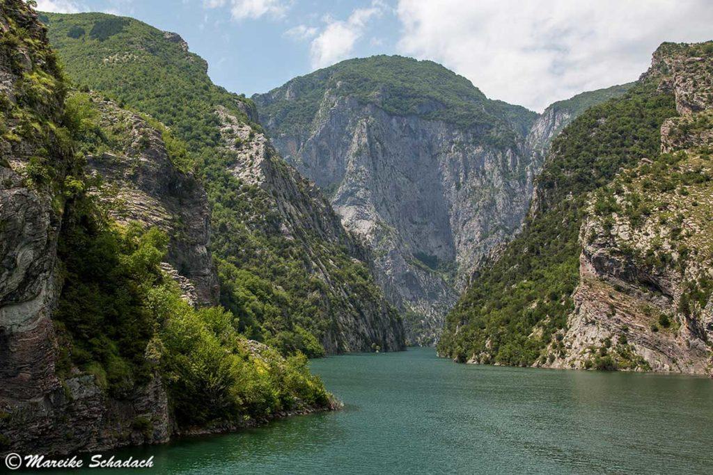 Schlucht des Drin - Blick von der Fähre über den Komanstausee in Albanien