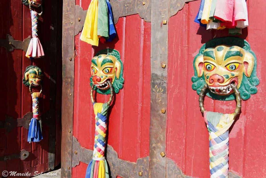 Der Eingang am Norbulingka Palast ist prachtvoll verziert.