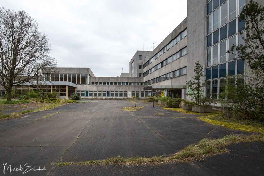 Außenansicht  Regierungskrankenhaus der DDR bei Berlin Buch - heute ein gigantischer verlassener Ort