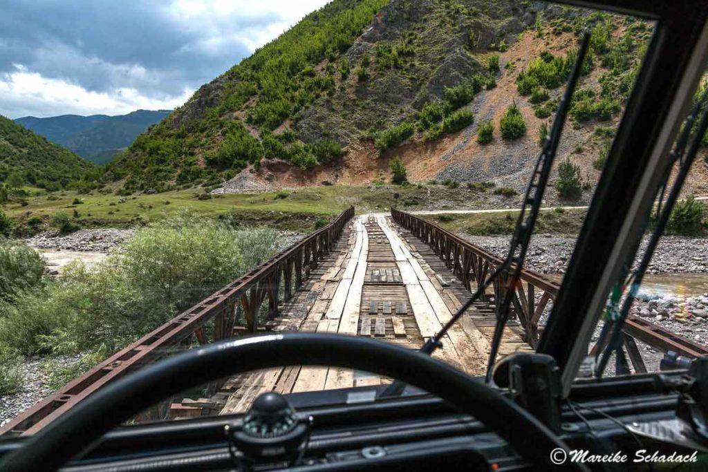 """Die erste Brücke auf der """"Offroad""""-Piste am Schwarzen Drin - Roadtrip Albanien"""