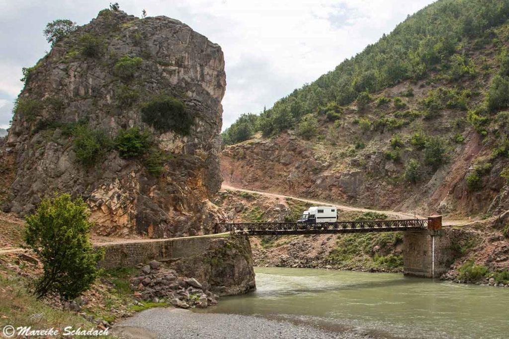 Brücke auf dem Weg zum Aussichtspunkt, Roadtrip Albanien, Schwarzer Drin
