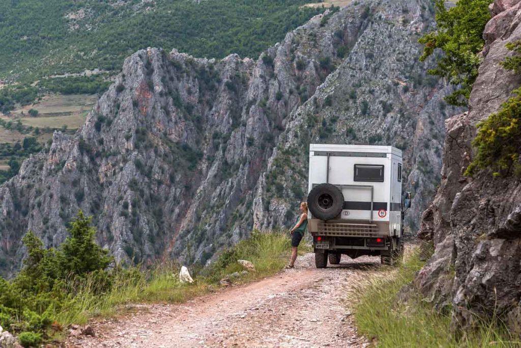 """Pause auf dem Roadtrip auf der """"Offroad""""-Piste am Schwarzen Drin in Albanien"""