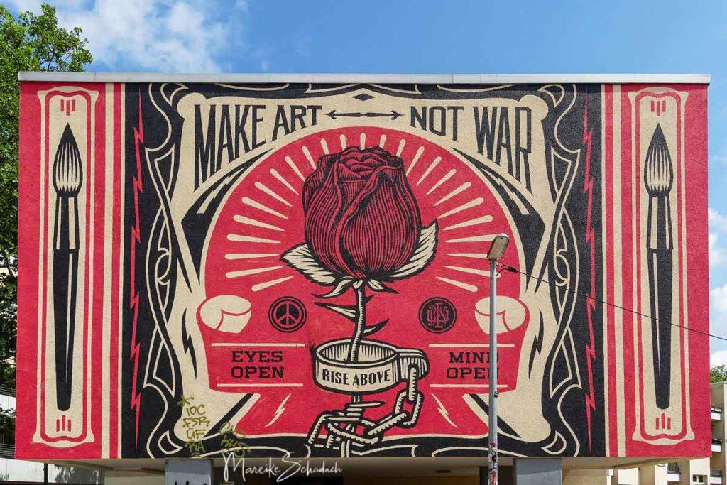 Mural von Shepard Fairey: Make Art Not War - Street Art Map Berlin