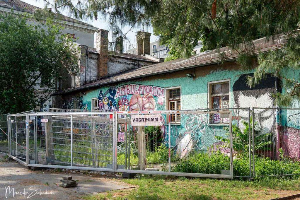Das RAW-Gelände - Urban Art und Lost Place Romantik: verfallenes Backsteingebäude mit Graffiti