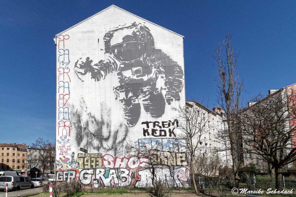 Mural von Victor Ash: Astronaut/Cosmonaut  - Street Art Map Berlin