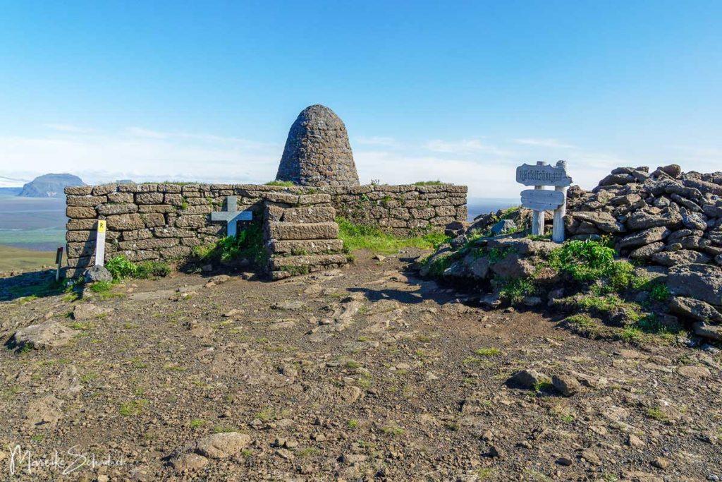Grab auf dem Hjörleifshöfði Island