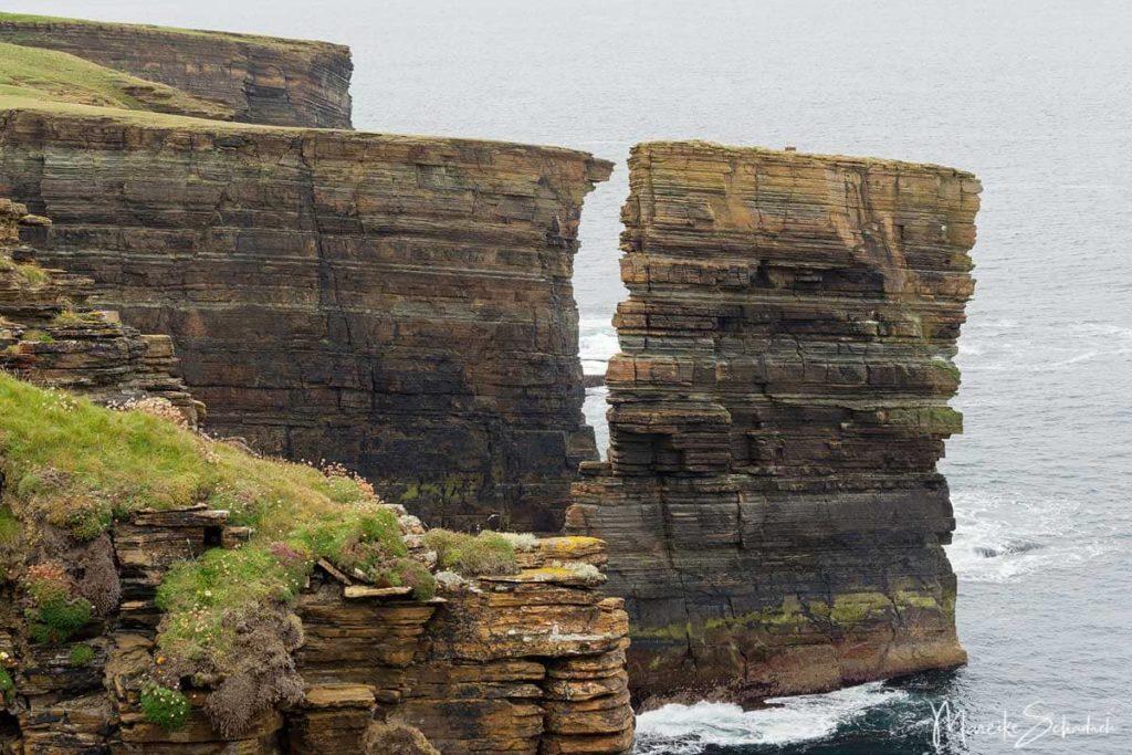 Sehenswerte Klippen von Yesnaby auf einem Roadtrip über die Orkney Inseln