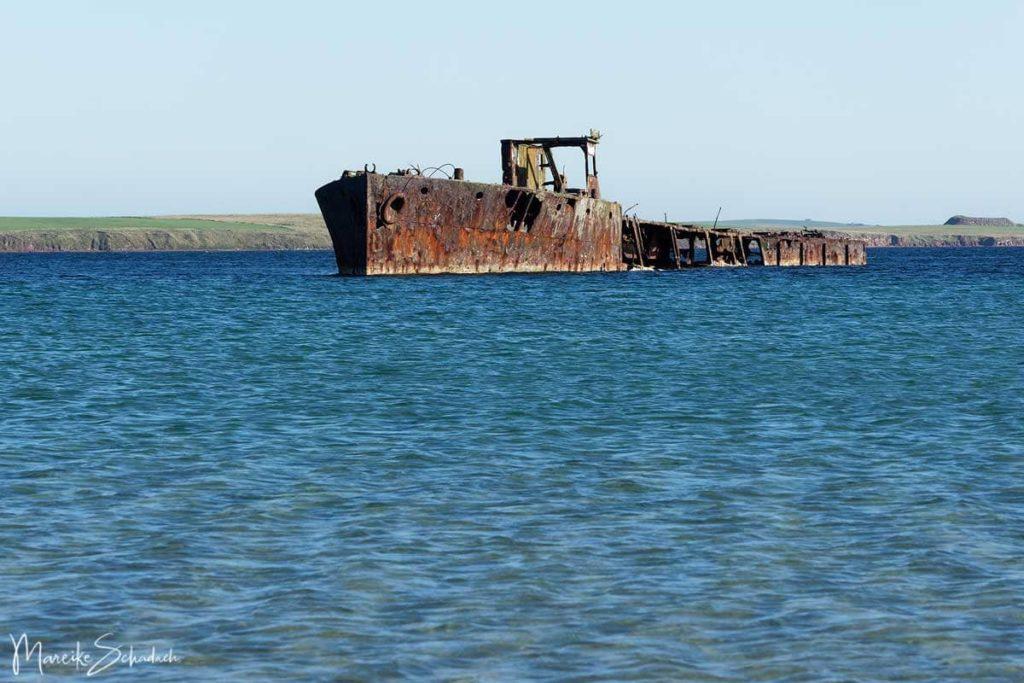 Sehenswertes Wrack auf einem Roadtrip über die Orkney Inseln