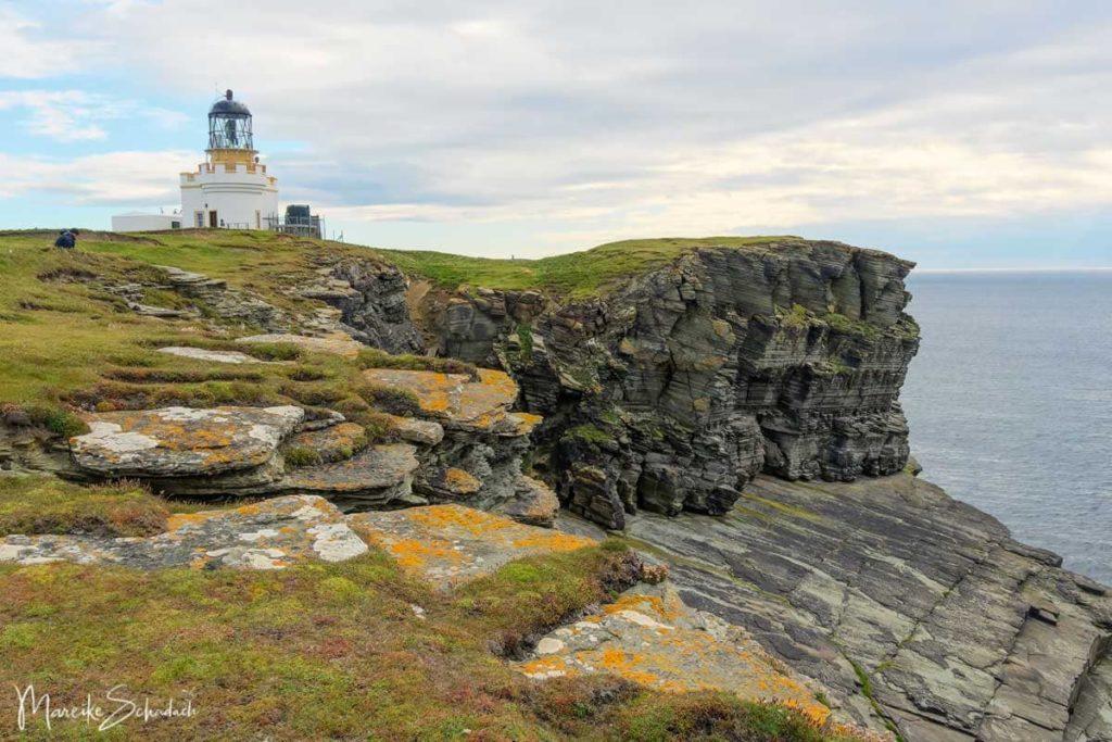Sehenswerter Leuchtturm auf einem Roadtrip über die Orkney Inseln
