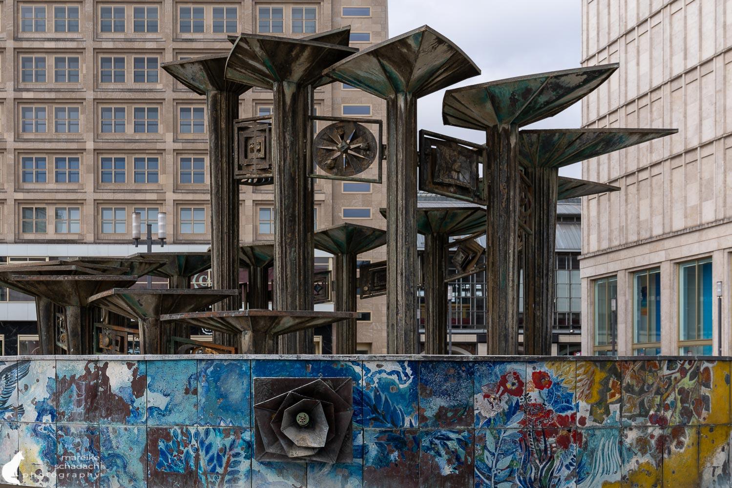 """""""Nuttenbrosche"""" - Brunnen der Völkerfreundschaft"""