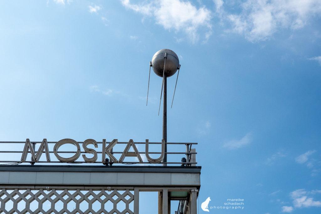 DDR Architektur in Berlin: Sputnik-Modell am Cafe Moskau