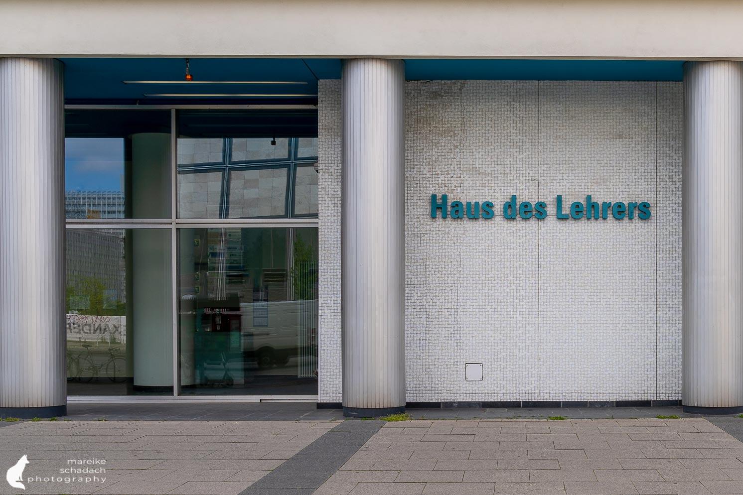 DDR Architektur in Berlin: Eingangsbereich am Haus des Lehrers