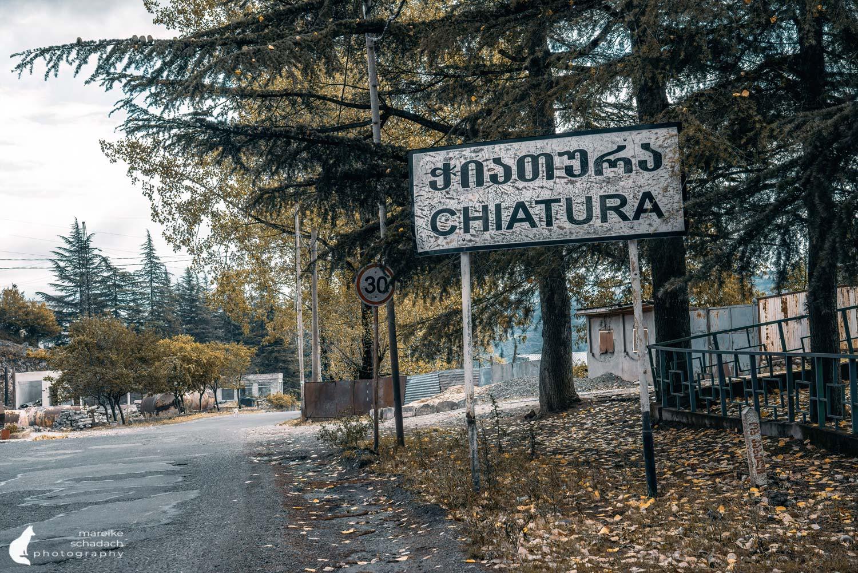Ortseingang Tschiatura in Georgien