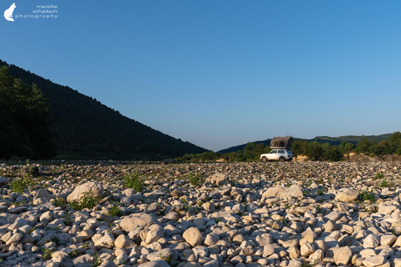 Lada Niva mit Dachzelt beim Roadtrip Georgien