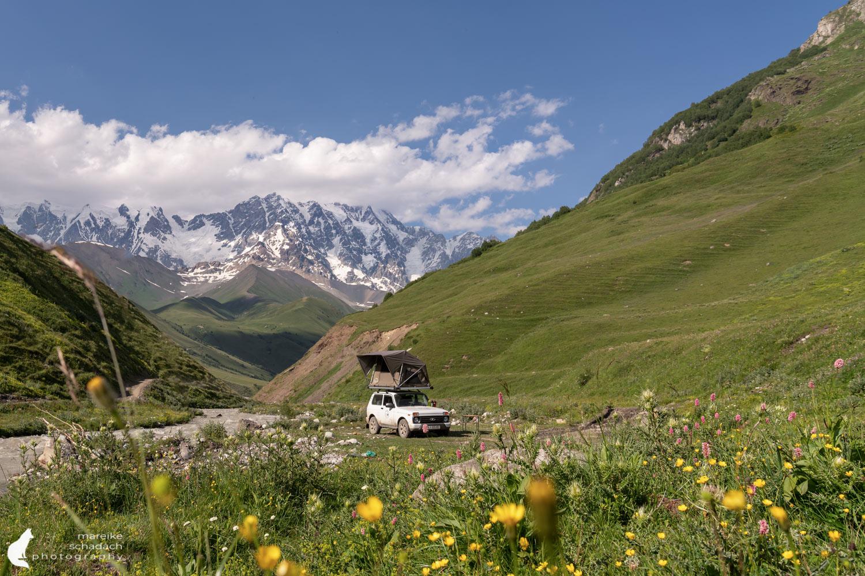 Lada Niva mit Dachzelt beim Roadtrip Georgien in den Bergen von Swanetien, Ushguli