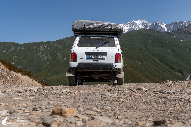 Lada Niva mit Dachzelt beim Roadtrip Georgien in den Bergen von Swanetien